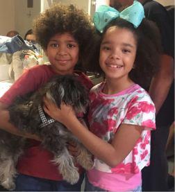 Filhos de Fernanda Young, John e Catarina com Totó, o caozinho do musical