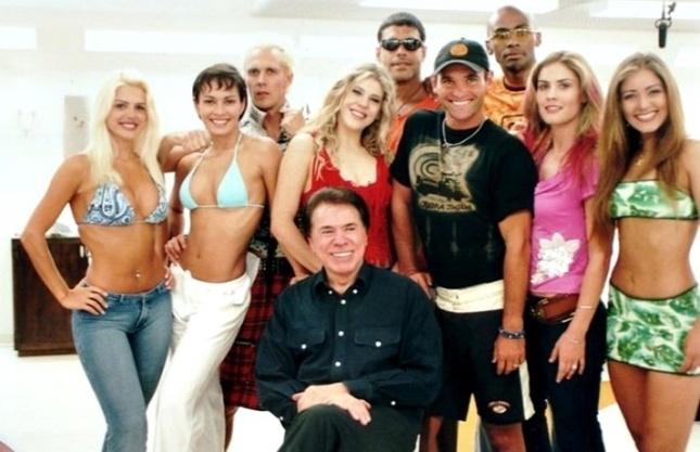 silvio-santos-com-o-elenco-de-casa-dos-artistas-2001-1477614497607_714x462